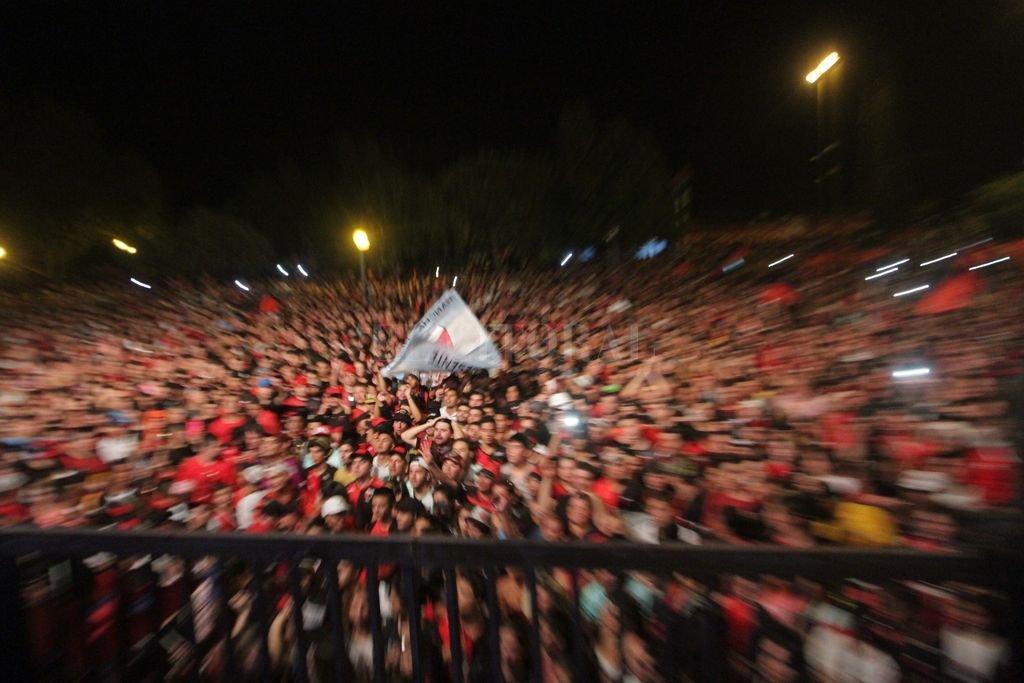 A las 0 del domingo explota. La excelente imagen corresponde al 5 de mayo del año pasado, Colón cumplía 113 años y su gente lo festejó colmando la rotonda frente al club, como lo hará este sábado por la noche, esperando la llegada del cumpleaños 114. <strong>Foto:</strong> Mauricio Garín