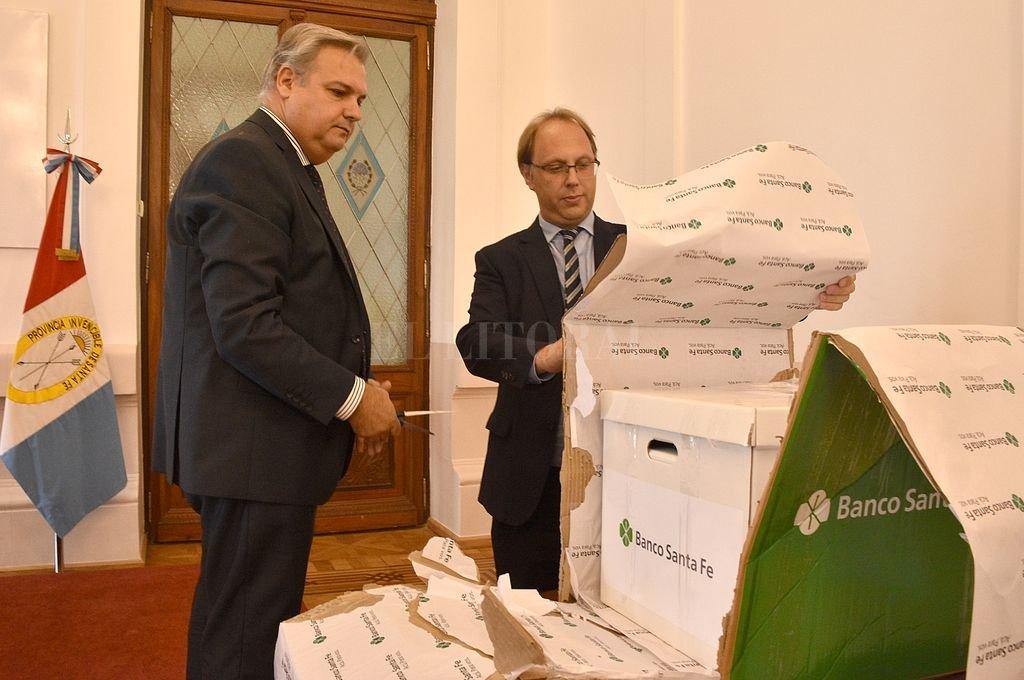 Los ministros Farías y Saglione encabezaron el breve acto en Casa de Gobierno. <strong>Foto:</strong> Guillermo Di Salvatore