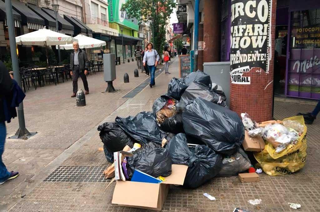 La peatonal San Martín, también con basura en el piso <strong>Foto:</strong> Periodismo Ciudadano / WhatsApp