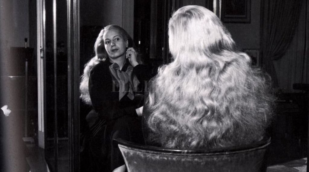 """Frente al espejo: la muestra """"Evita Inmortal"""" cuenta con una recopilación de fotos y objetos que pertenecieron a la """"abanderada de los humildes"""". Crédito: Archivo El Litoral"""