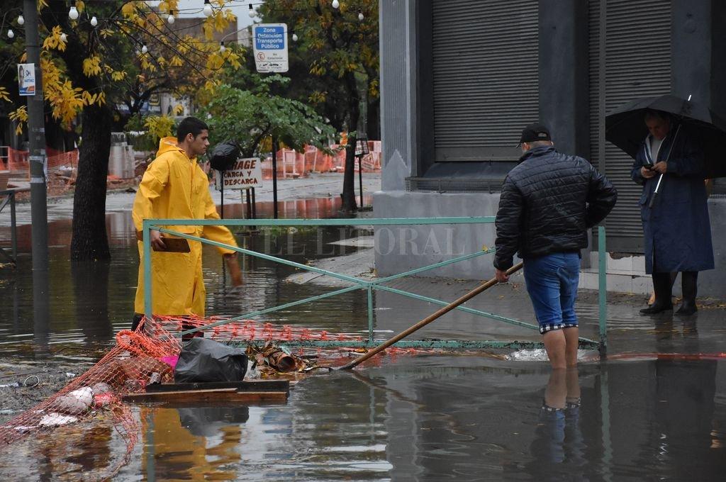 En obras. Freyre y Catamarca se tapó de agua y hubo autos dañados. Crédito: Flavio Raina
