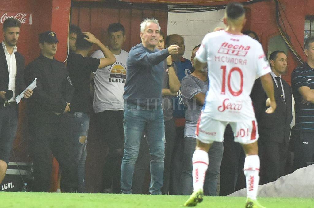 Leo Madelón le da indicaciones a Cuadra. El entrenador de Unión le pedía permanentemente a sus jugadores que jueguen en espacios cortos, que se los achiquen a Montillo y Morales, los que mejor manejan la pelota en Tigre. <strong>Foto:</strong> Luis Cetraro