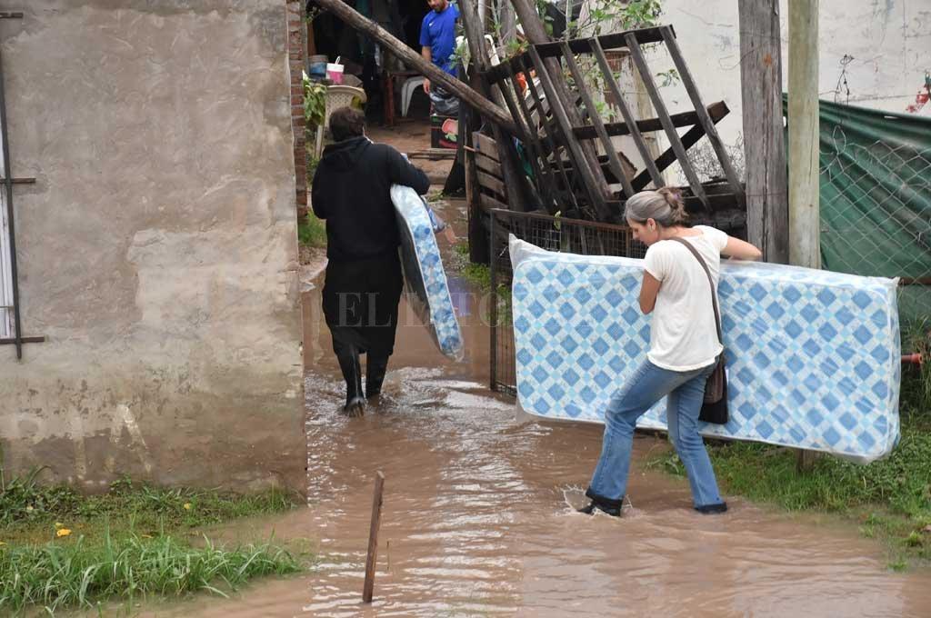 En la Costa. A la vera de la Ruta Provincial Nº 1, altura del kilómetro 5,5, también hubo afectados por el agua que ingresó a los hogares. <strong>Foto:</strong> Manuel Alberto Fabatía