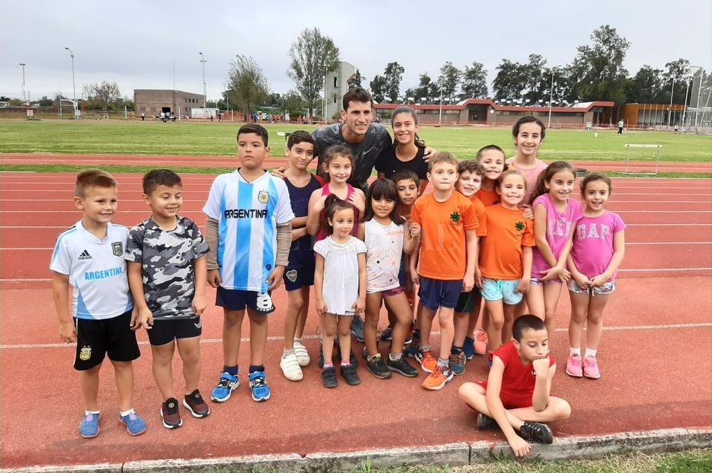 Presencia de lujo. Germán Chiaraviglio se sumó a la alegría de los niños en el segundo torneo del año, llevado a cabo en el Card.