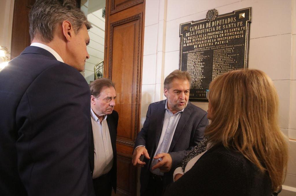 Conversaciones tras la apertura del período ordinario de sesiones. Todos fueron a hablar con Roberto Mirabella, hombre de Omar Perotti.  <strong>Foto:</strong> Pablo Aguirre