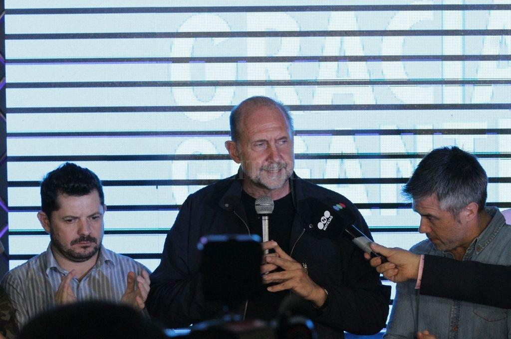 Omar Perotti junto a Marcos Castelló y Leandro Busatto en la sede del PJ la noche de las elecciones. En la foto faltó María Eugenia Bielsa. <strong>Foto:</strong> Guillermo Di Salvatore