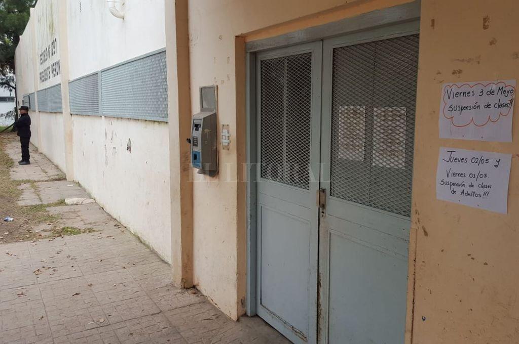 Cerrada. Así estaba la escuela Perón este último viernes, bajo la desafiante mirada de los temerarios que acechan la zona. Un policía está de guardia en las afueras. <strong>Foto:</strong> El Litoral