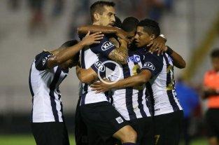 Video: Un ex Colón marcó el gol más insólito de la Copa Libertadores