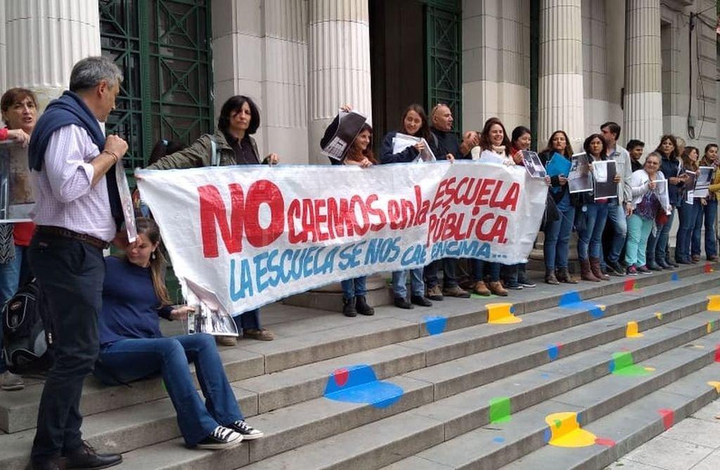 """""""La escuela se nos cae encima"""", decía el cartel de la gente movilizada durante el abrazo simbólico al ex Colegio Nacional, hace unos días. <strong>Foto:</strong> Gentileza"""