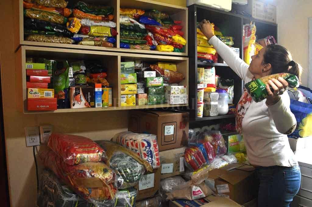 Ayuda. Una de las coordinadoras acomoda feliz los alimentos que llegarán a las mamás que atraviesan días duros. <strong>Foto:</strong> Guillermo Di Salvatore.