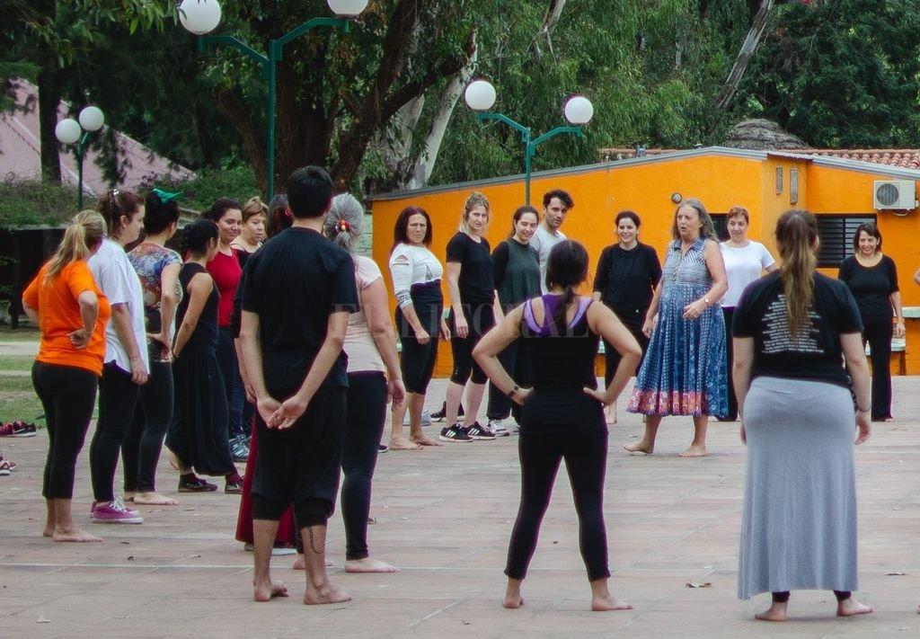 Varley (dentro del círculo) impartiendo una clase durante la convivencia entre participantes del Encuentro, en el camping de UPCN. Crédito: Gentileza María Belén Garófalo / Frente Feminista de Artistas y Trabajadoras de la Cultura