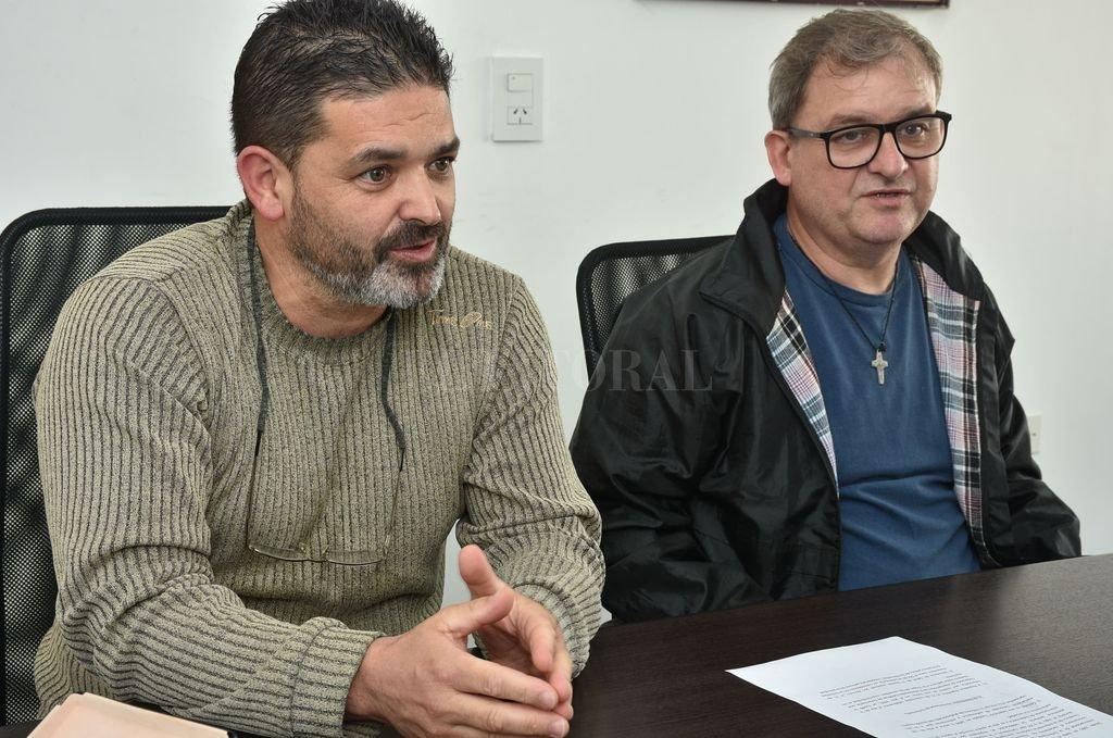 Carlos Azogue, presidente del CPE, y Juan Carlos Trovetti, tesorero, detallaron la situación que viven los enfermeros en Santa Fe.  <strong>Foto:</strong> Luis Cetraro