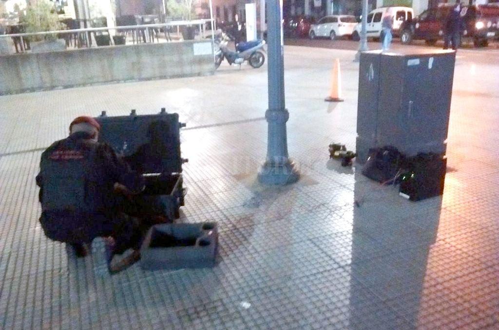El momento en que personal de la Brigada de Explosivos inspecciona la mochila hallada frente al teatro <strong>Foto:</strong> Periodismo Ciudadano