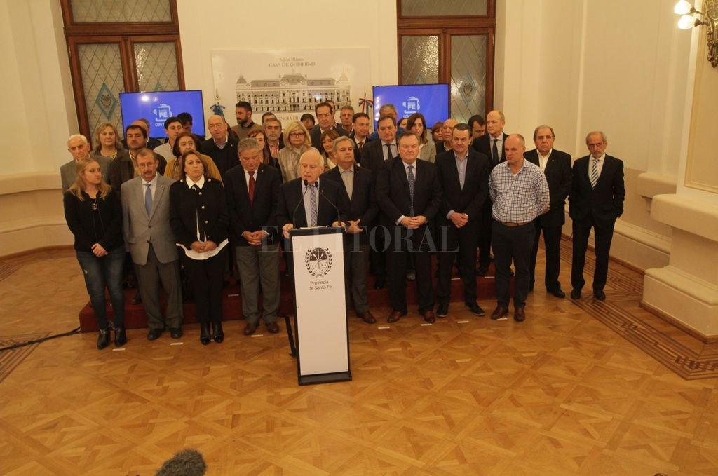 Las ubicaciones de cada uno de los presentes en la conferencia de prensa fueron señaladas con papelitos. <strong>Foto:</strong> Mauricio Garín