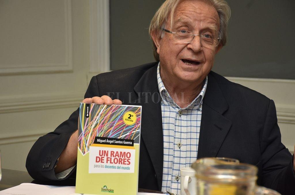"""Retribución. Ante el reconocimiento, Santos Guerra obsequió su último libro """"Un ramo de flores para los docentes del mundo"""". Crédito: Luis Cetraro"""