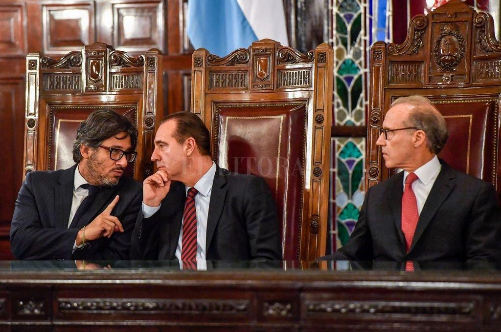 El ministro Germán Garavano (izq) conversa con Eduardo Ferrer Mac-Gregor Poisot (presidente de la CoIDH) junto al titular de la Corte Suprema, Carlos Rosenkrantz. <strong>Foto:</strong> Télam