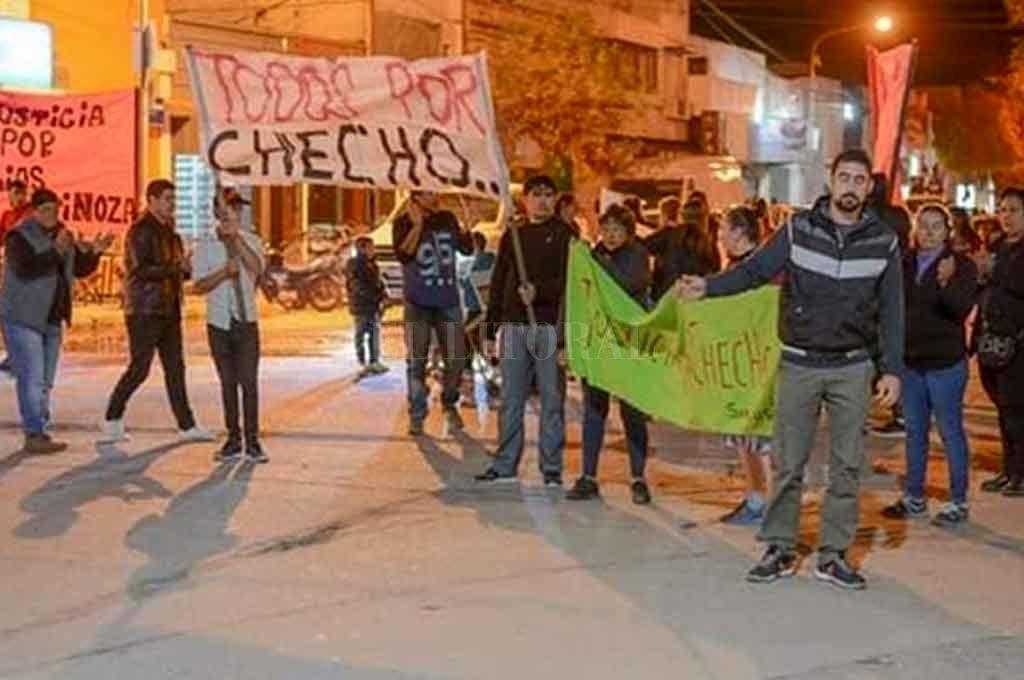 Familiares de la víctima marcharon para repudiar la medida cautelar impuesta, que consistió en mudar a Calchaquí al acusado. <strong>Foto:</strong> Gentileza.