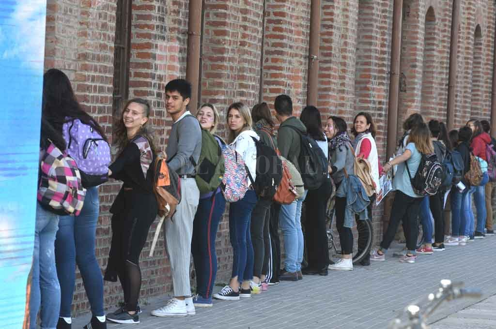 Abrazo simbólico. Cerca del mediodía, las alumnas y alumnos del Liceo se manifestaron y luego marcharon al Municipio. Crédito: Guillermo Di Salvatore.