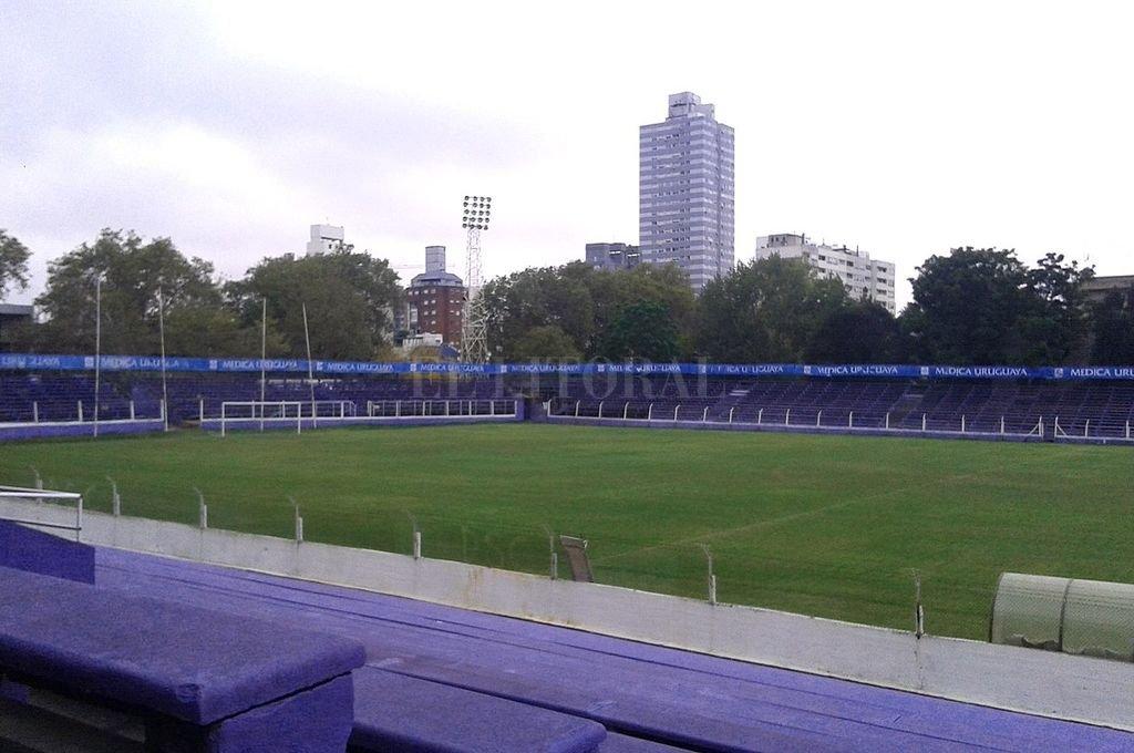 El estadio Luis Franzini, en el que se jugará el partido del martes. La tribuna lateral que se ve del lado de enfrente, es la que se le otorgará a Colón. Cuesta entender que esa tribuna sólo esté habilitada para 2.000 personas. Crédito: El Litoral