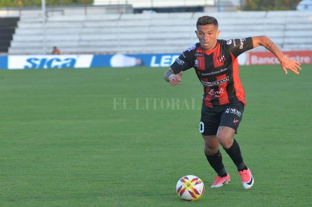 Gabriel Carabajal en acción. Su rendimiento ha sido muy bueno durante la temporada, generalmente jugando como volante por izquierda. <strong>Foto:</strong> Gentileza El Diario de Paraná