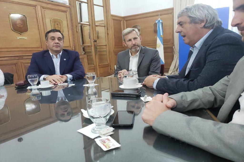 Romero se reunió con Frigerio y Finocchiaro en Casa Rosada, pidió incluir al Acuerdo Básico el tema educativo. Crédito: Prensa UDA