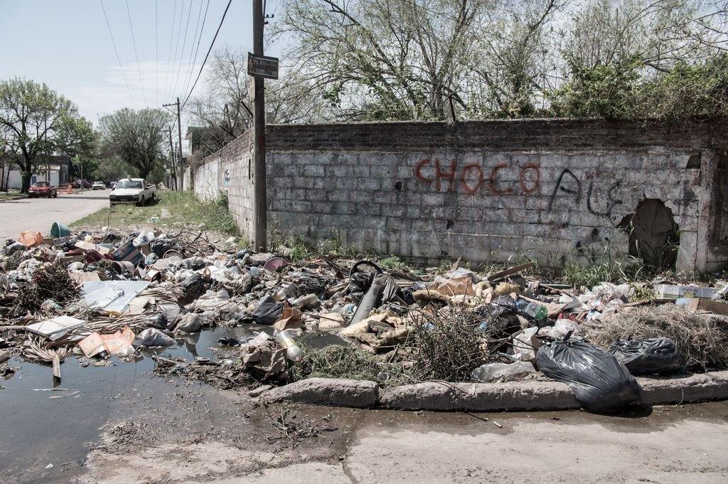 """Uno de los tantos microbasurales que hay en la ciudad. La ordenanza busca """"reducir los factores de contaminación"""" y """"mejorar la salud ambiental"""". Crédito: Archivo El Litoral"""