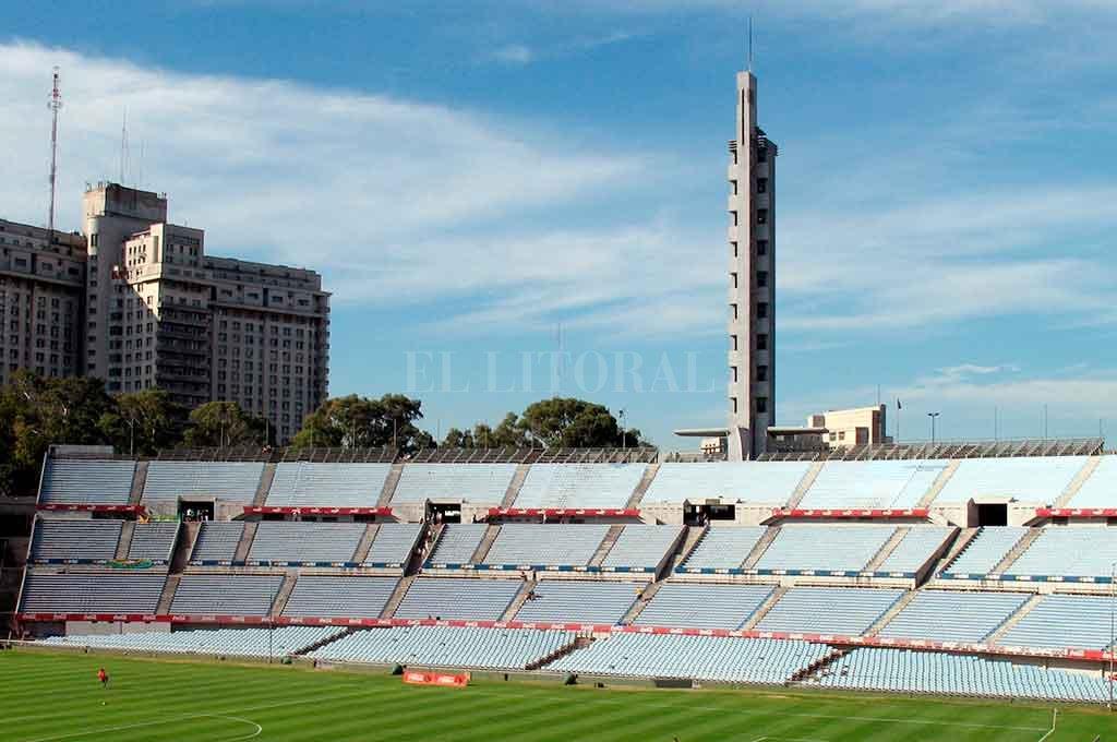 La tribuna Olímpica del mítico estadio uruguayo, en el que Colón jugará este martes ante River. Se priorizó la seguridad, privó la cordura y el sentido común. Y de paso, se generará mayor dinero por la venta de entradas. ¿Tanto costaba entenderlo? <strong>Foto:</strong> El Litoral.