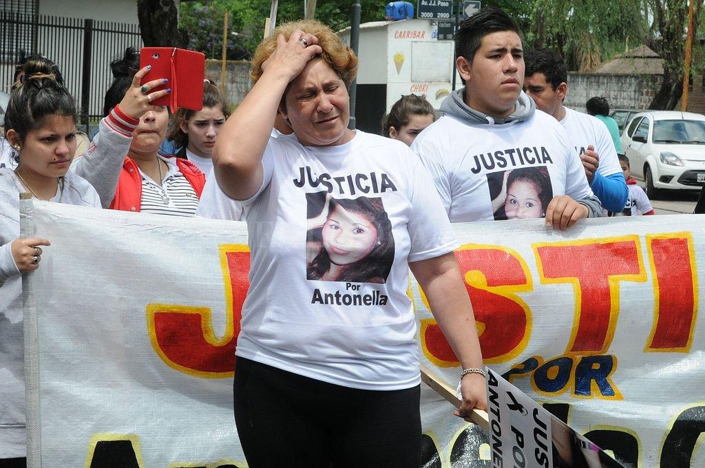La mamá de Antonella Olmedo durante una de las marchas realizadas pidiendo justicia por la muerte de su hija. <strong>Foto:</strong> Archivo El Litoral