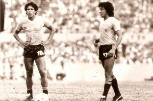 """Victorino, aquel """"9"""" que vino con pólvora mojada - Waldemar Victorino, de perfil, junto a otro inolvidable uruguayo: Rubén Paz. La foto corresponde al Mundialito de Uruguay. -"""