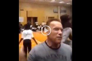 Video: Terminator no la vio venir - Momento en el que Schwarzenegger es agredido.