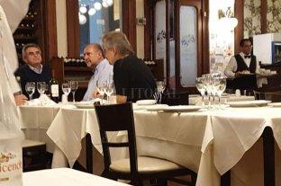 La otra foto - Omar Perotti cenó con los hermanos Agustín y Alejandro Rossi, Roberto Mirabella y Leandro Busatto. -