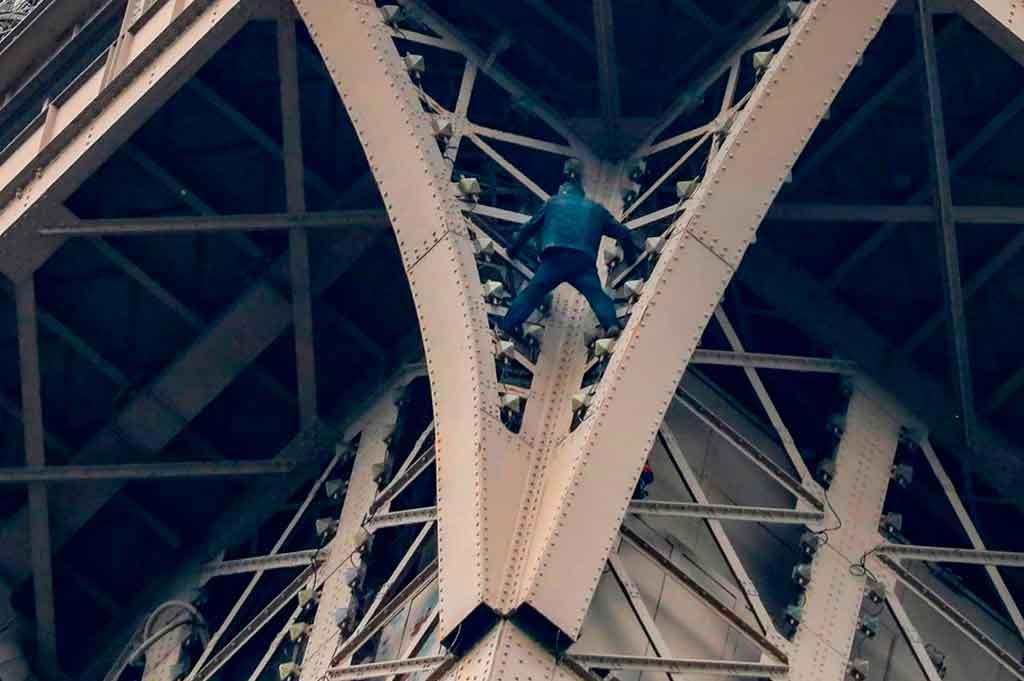 Evacuan la Torre Eiffel por un hombre que escala el monumento
