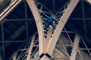 Evacuan la Torre Eiffel por un hombre que escala el monumento -  -