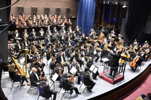 La Sinfónica realizará su tradicional Velada de Gala  - La Orquesta Sinfónica Provincial durante un reciente concierto que compartió con el Coro Polifónico Provincial bajo las órdenes de Mariano Moruja.  -