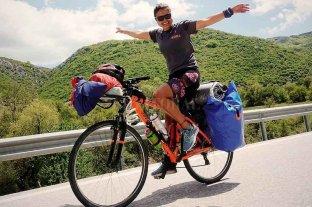 La ciclista santafesina por la ruta de la seda suma una cruzada solidaria