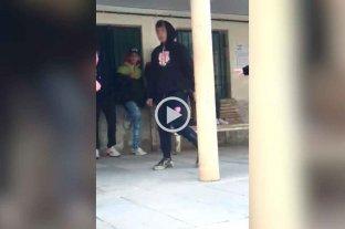 Video: un alumno intentó apuñalar a un compañero durante el recreo -