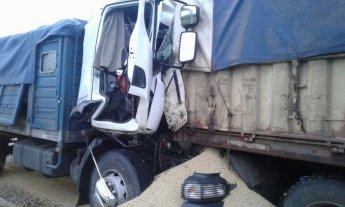 Choque y vuelco entre dos camiones en la Autopista Santa Fe - Rosario -