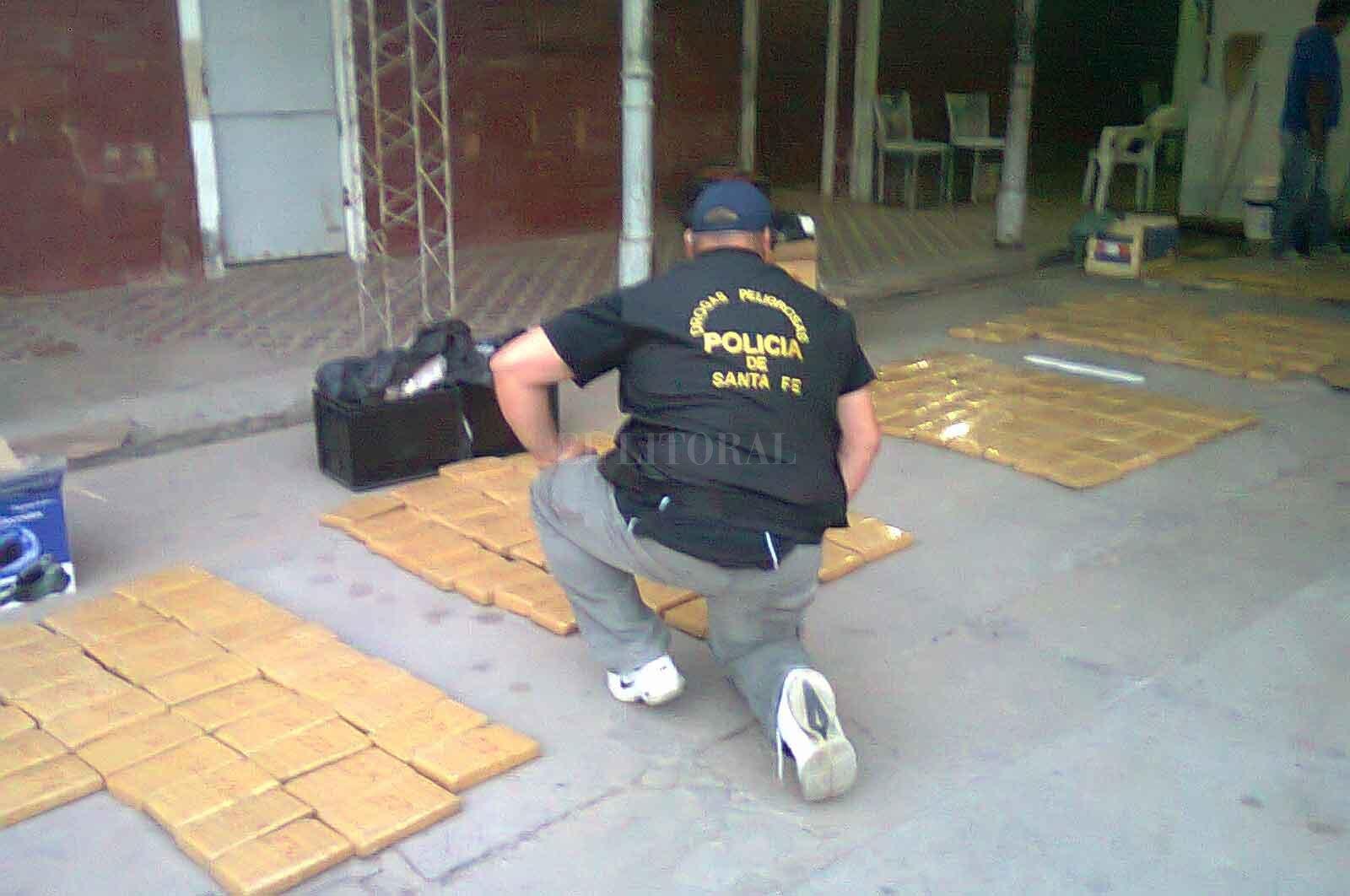 La Policía provincial protagonizó una persecución, el 25 de noviembre de 2012, en zona rural, que terminó con dos detenidos, un prófugo y el secuestro de 191 kilos de marihuana. <strong>Foto:</strong> El Litoral.