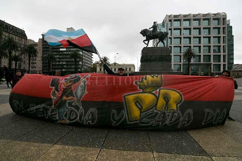 River Plate - Colón: Locales otra vez - El monumento a Artigas, en la Plaza Independencia uruguaya, se vistió con los colores sabaleros este mediodía, en la previa del gran partido en Montevideo. -