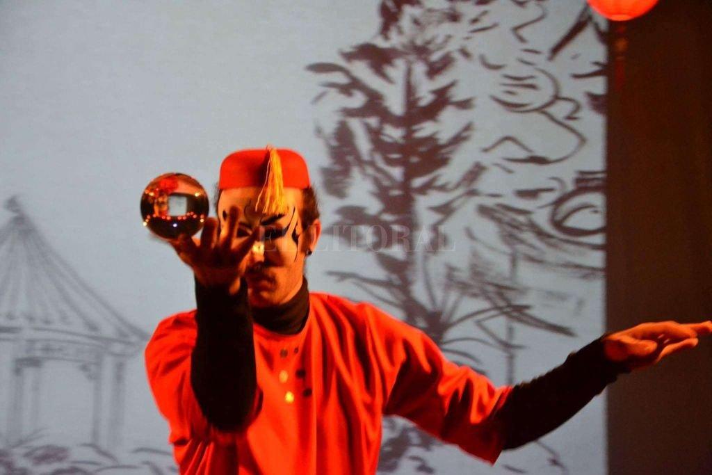 En la puesta, se trasladan al escenario muestras de las principales tradiciones chinas, desde el arte de la caligrafía hasta la famosa danza del dragón del año nuevo chino.  <strong>Foto:</strong> Gentileza producción