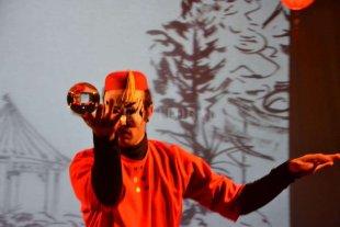 Un cuentito chino que vuelve a la Sala Marechal - En la puesta, se trasladan al escenario muestras de las principales tradiciones chinas, desde el arte de la caligrafía hasta la famosa danza del dragón del año nuevo chino.  -