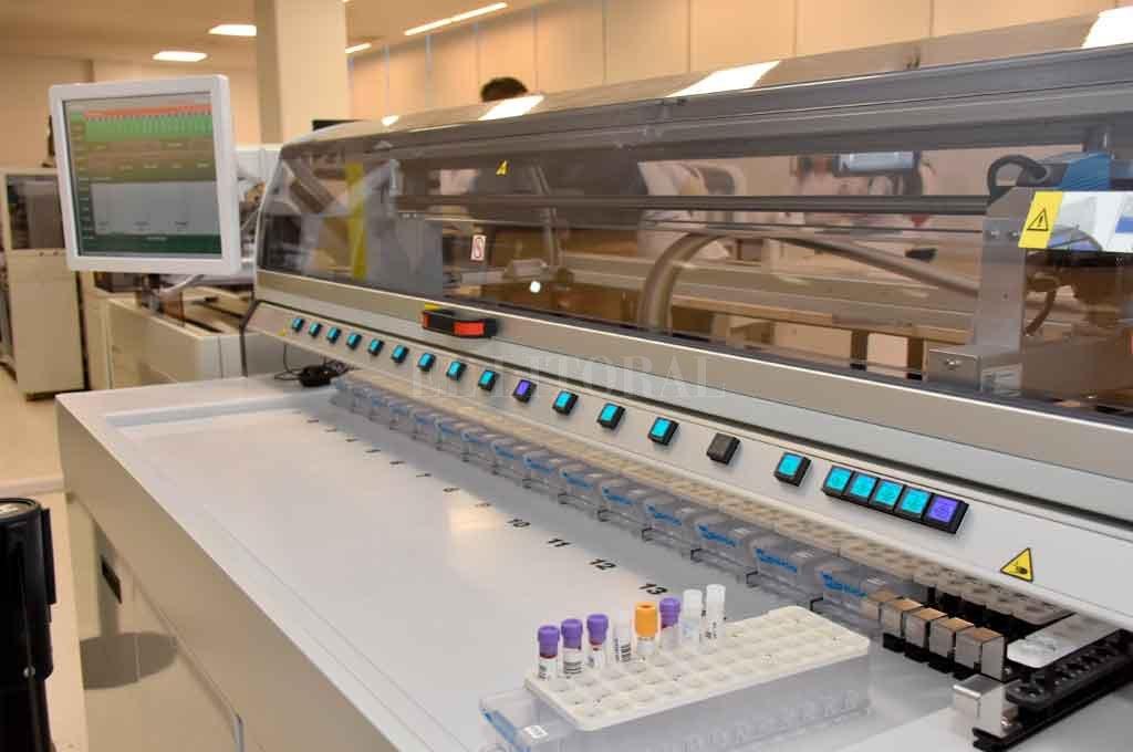 La banda transportadora de muestras distribuye los tubos entre los instrumentos en forma robotizada, y optimiza tanto la velocidad final del proceso como los volúmenes de muestra requeridos. <strong>Foto:</strong> Flavio Raina.
