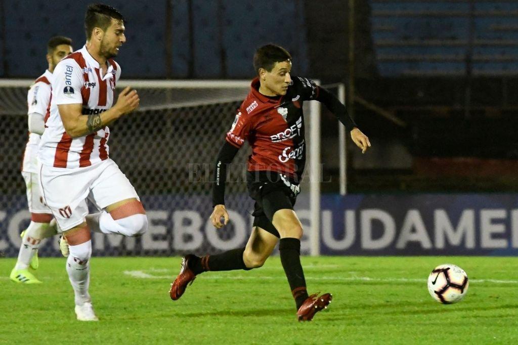 Fernando Zuqui, disputando un balón en el encuentro de ida contra River Plate de Uruguay Crédito: Agencia XINHUA