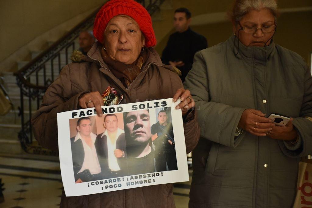 Condenaron a perpetua al autor del quíntuple femicidio  - El rostro del imputado lo mostraron los familiares de las víctimas, porque el tribunal prohibió que se le tomaran imágenes en la sala de audiencia. -