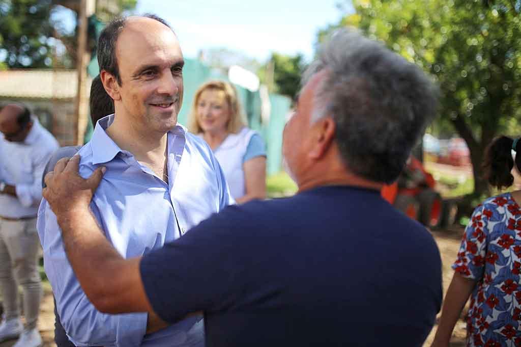 El intendente, durante una recorrida en la que supervisó los trabajos.  <strong>Foto:</strong> Gentileza.
