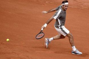 Federer volvió a Roland Garros con un triunfo