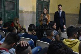 Fiscales del MPA reanudaron las charlas sobre grooming - Los fiscales Federico Grimberg y Yanina Tolosa en un momento del encuentro con los alumnos. -