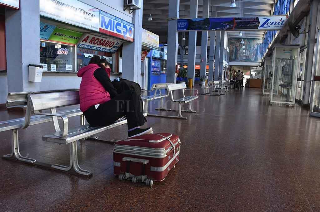 Terminal. Solitaria espera, desde las primeras horas de la mañana. <strong>Foto:</strong> Guillermo Di Salvatore.