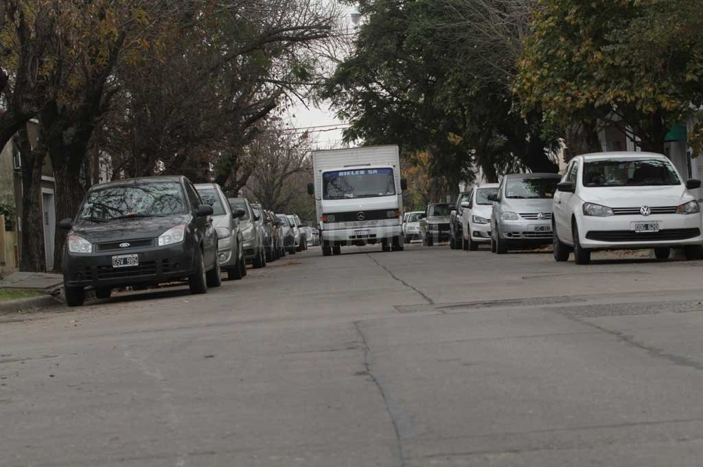 Reducido. Al estacionar sobre ambos lados queda un solo carril para transitar. Crédito: Mauricio Garín