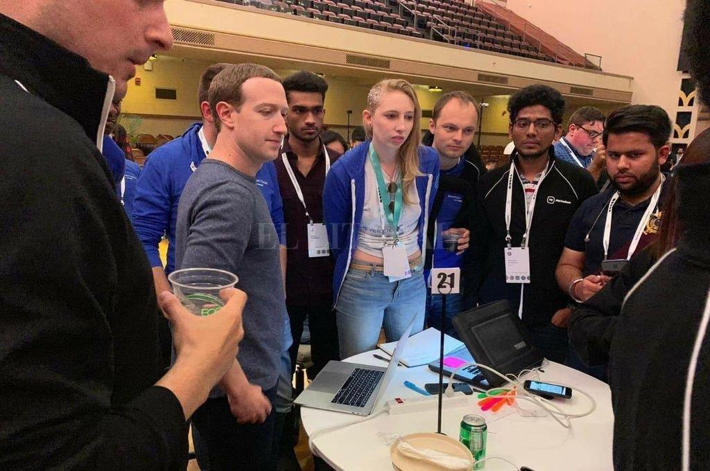 El joven santafesino se convirtió en el único del país en formar parte del equipo que participó del Facebook Developer Conference. Aquí, el grupo junto a Mark Zuckerberg, creador de Facebook.  Crédito: Gentileza